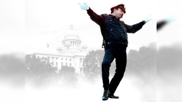 Un policía de tráfico bailarín para Navidad