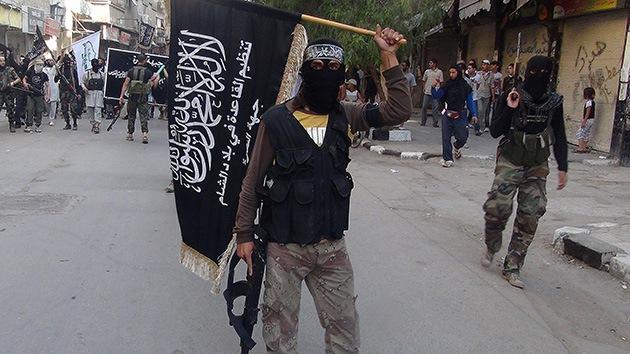 Un yihadista danés miembro del Estado Islámico posa con cabezas cortadas