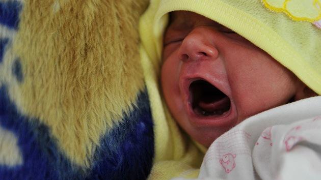 Un bebe nace después de que sus padres mueran en un accidente