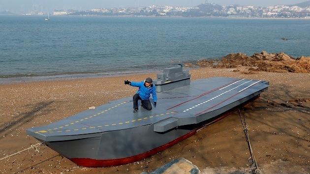 Abuelo chino construye para su nieto un portaaviones Liaoning de 12 metros