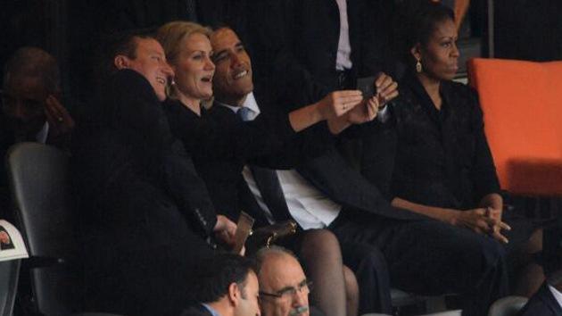Primera ministra danesa se hace un 'selfie' con Obama durante el funeral de Mandela
