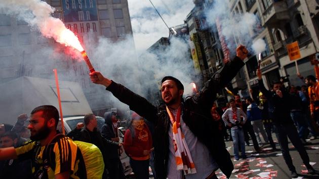 Fotos: La Policía lanza gases y agua para dispersar a hinchas en Estambul