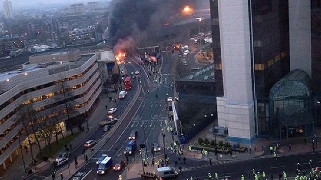 Video y fotos: Cae un helicóptero en el centro de Londres