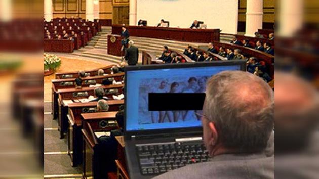 Miembro del Senado 'pillado' viendo imágenes obscenas