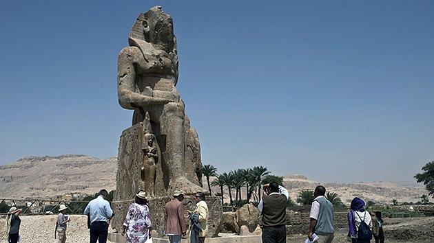 Descubren dos nuevas estatuas gigantes del faraón Amenofis III en Egipto