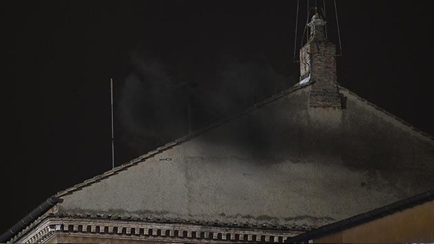 Fumata de 'fogueo': La elección del papa sigue en el aire