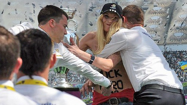 VIDEO: 'Topless' contra el trofeo de la Euro 2012
