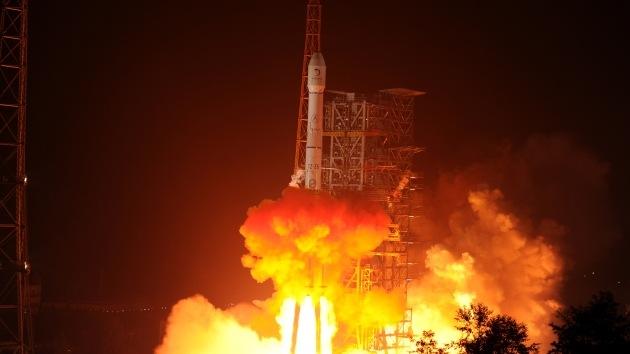 China lanza al espacio su primer vehículo explorador lunar