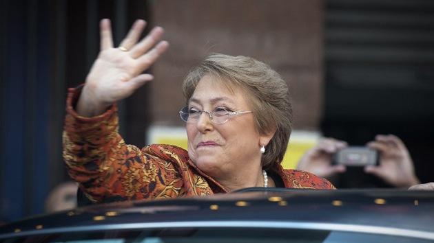 Video: Un joven escupe en la cara de Michelle Bachelet en Chile