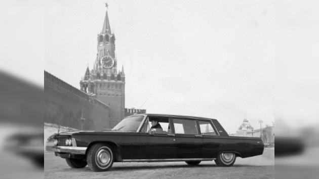 Adiós a los Mercedes: funcionarios rusos usarán limusinas nacionales