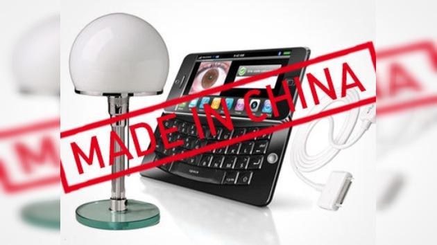 Un celular, un cargador y una lámpara solar, símbolos del siglo XXI