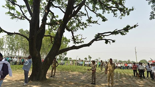 Caso cerrado: Policía india concluye que dos niñas 'violadas' y colgadas en un árbol se suicidaron