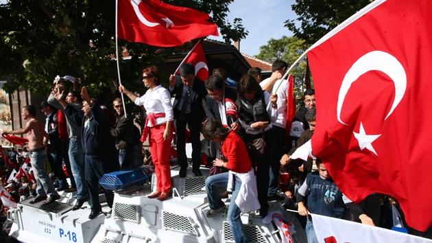Video: Policías turcos dispersan con violencia a manifestantes antiislamistas