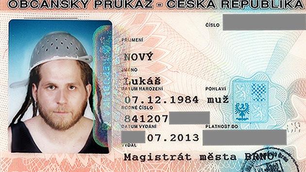 Se pone un colador de pasta en la cabeza para el documento de identidad