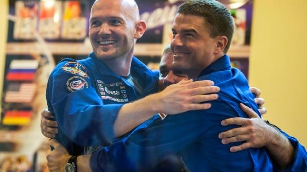 """Tripulantes de la EEI se toman un 'selfie' para decir """"No"""" a la tensión política en el espacio"""