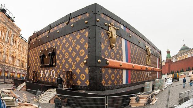 Una maleta gigante de Louis Vuitton en medio de la Plaza Roja indigna a los moscovitas