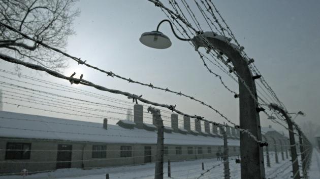 Una marca de EE.UU. usa la foto de un campo nazi como ejemplo de 'trabajo perfecto'