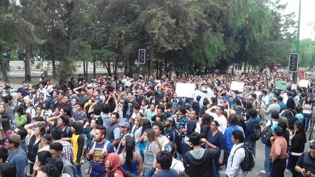 Video, fotos: Jóvenes encapuchados queman aditivos de la gasolinera cerca de la UNAM