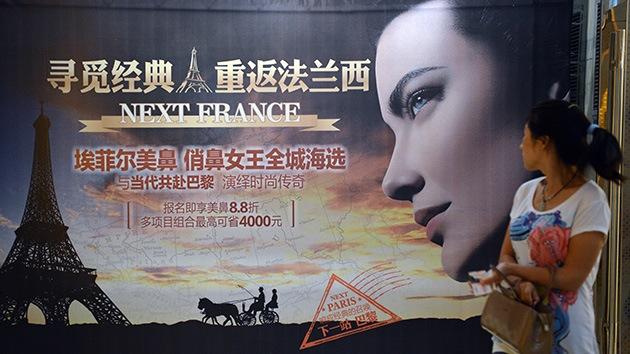 Miles de jóvenes chinos meten la nariz en el quirófano para conseguir trabajo