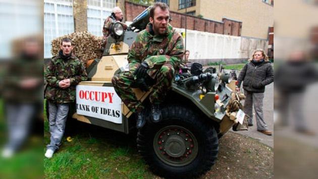 'Indignados' exigen justicia a bordo de un 'tanque' en Londres