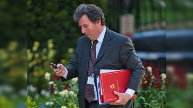 Ministro británico tira a la basura documentos secretos