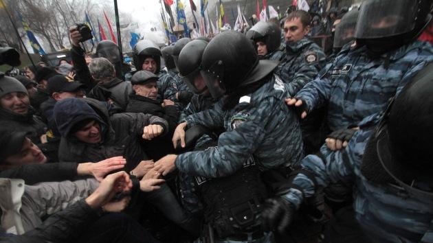 Manifestantes en Kiev utilizan gases lacrimógenos contra la Policía