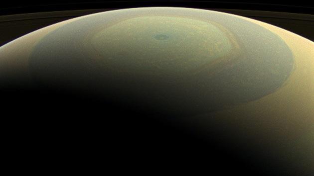 La NASA muestra las primeras imágenes a todo color de Saturno y sus lunas