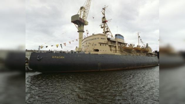 Remolcan a uno de los buques varados en el mar de Ojotsk