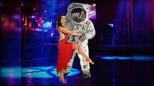 "Astronauta-bailarín regresa con ""el paso lunar"" estilo chachachá"