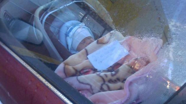 """""""Mi mamá está de compras"""": una mujer deja a su bebé solo en su coche con esta nota"""