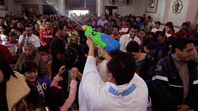 Fotos: Superhéroes y pistolas de agua, la clave del éxito de un sacerdote mexicano