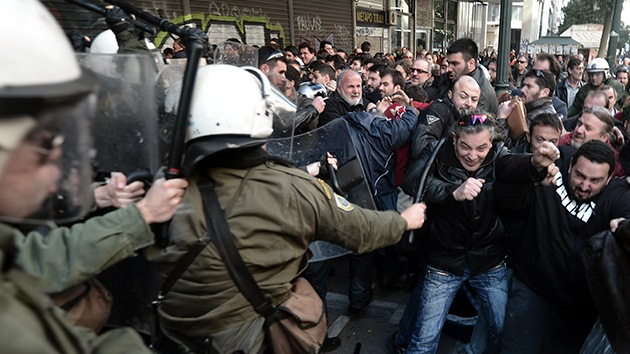 Manifestantes se enfrentan a la Policía en el Ministerio de Trabajo de Grecia