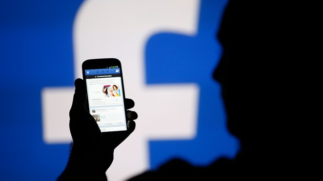 Parlamentarios europeos: Facebook puede acceder a un móvil y hacer fotos y videos sin permiso