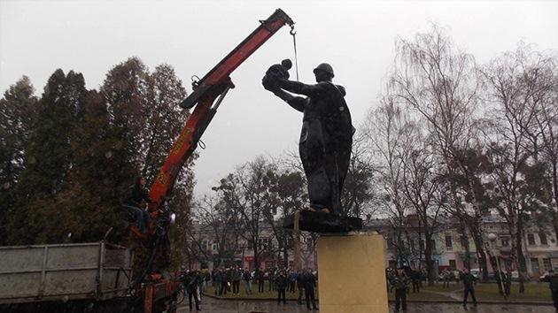 Derriban un monumento a soldados que murieron liberando a Ucrania de los nazis