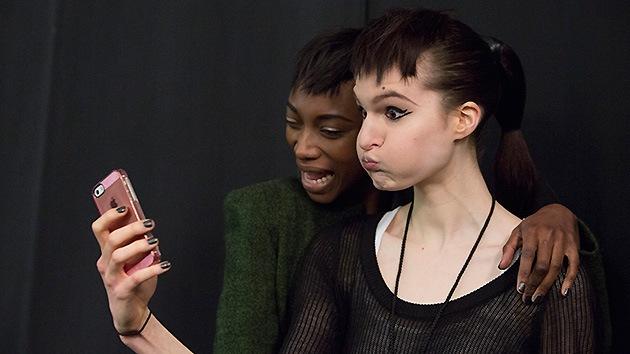 Las 'selfies' nos vuelven locos: Su mala acogida en la Red causa desórdenes mentales