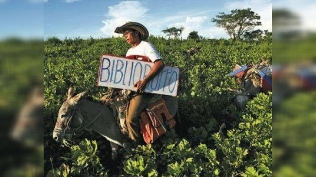 El 'biblioburro' lleva la enseñanza al campo de Colombia