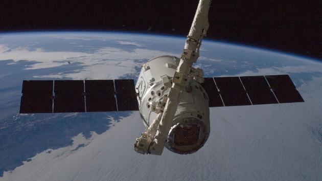 El carguero Dragon se acopla a la Estación Espacial Internacional