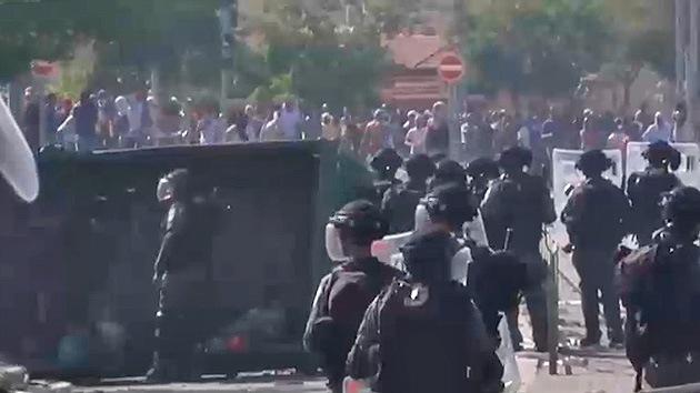 Palestinos y policía israelí chocan durante el funeral del joven asesinado