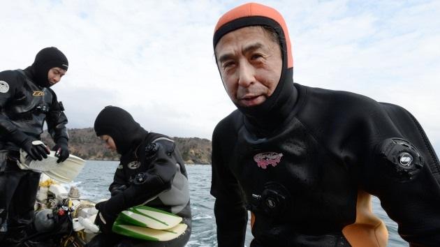 Un japonés busca bajo el agua el cuerpo de su mujer muerta tras el tsunami del 2011