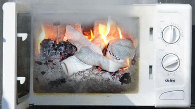 Un hombre incendia su casa tratando de secar su ropa en el microondas