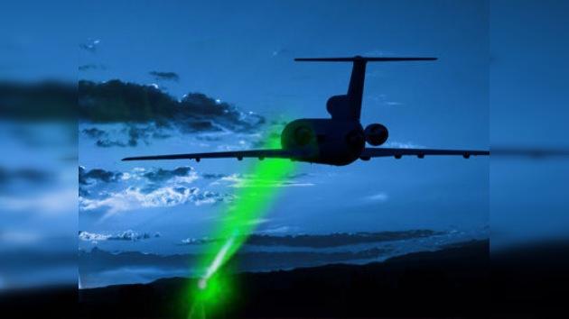 Dos nuevos ataques con láser ponen en riesgo la vida de decenas de viajeros