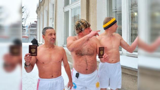 'Hombres morsa' acuden a las urnas tras bañarse en agua helada