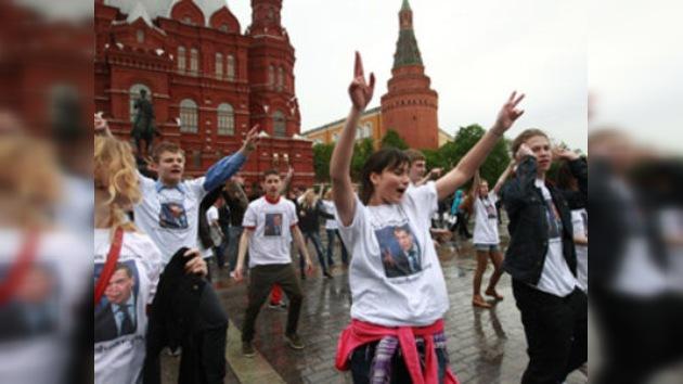 Jóvenes moscovitas rinden homenaje al baile de Medvédev con un divertido 'flashmob'