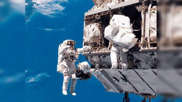 Tripulantes rusos de la EEI 'plantan' hongos en el espacio abierto