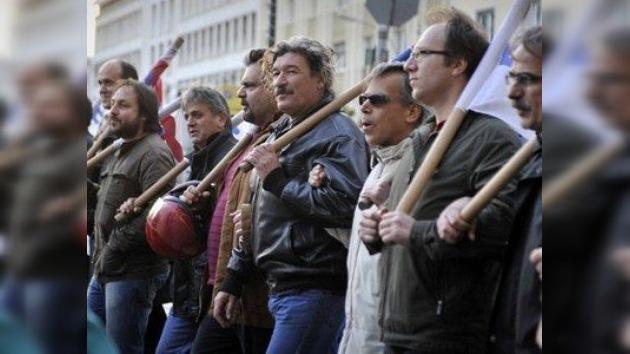 Aprueban un tramo más del rescate para salvar a Grecia de la quiebra