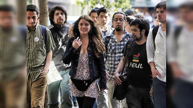 Estudiantes chilenos llegan a Europa con una maleta llena de reclamos