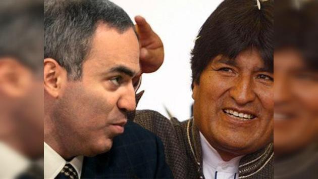 Evo Morales y Garry Kaspárov en duelo de ajedrez