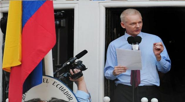 Assange estima salir de la embajada de Ecuador en un año si Suecia abandona su caso