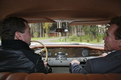 Viaje en coche retro al futuro de las altas tecnologías