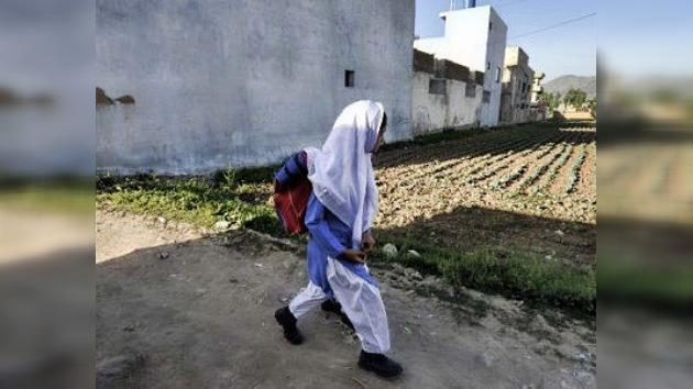 Extremistas pakistaníes convierten a una niña de ocho años en un arma mortal